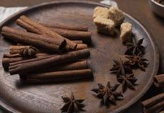 Plat brun de poudre de bâton de Cinammon macro étroitement vers le haut de monotone photos stock