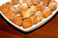 Plat carré avec les beignets doux Photos stock