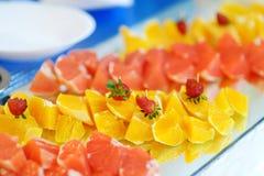 Plat complètement des fruits frais coupés en tranches Photos stock