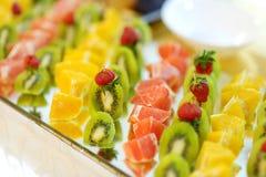 Plat complètement des fruits frais coupés en tranches Images stock
