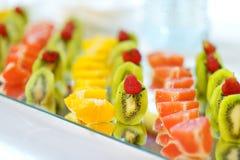 Plat complètement des fruits frais coupés en tranches Image libre de droits