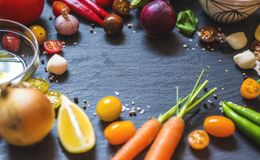 Plat complètement des légumes pour un festin italien photographie stock libre de droits