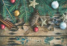 Plat-configuration de vacances de Noël ou de nouvelle année avec des branches d'arbre de sapin Image stock