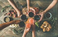 Plat-configuration des amis mangeant et buvant ensemble, vue supérieure Photographie stock libre de droits