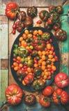 Plat - configuration des tomates colorées fraîches du plat, composition verticale Photo stock