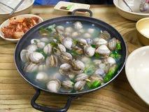 Plat coréen de mollusques et crustacés dans une cuvette noire image stock