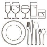 Plat, couteau, fourchette, cuillère et verres à boire Image libre de droits