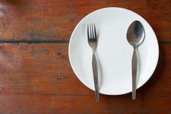 Plat, cuillère et fourchette vides Photos libres de droits