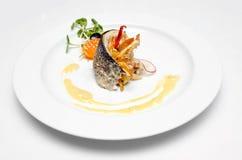 Plat délicieux de poissons sur le fond blanc Photographie stock