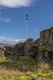 Plat d'Almannagja et drapeau islandais Images stock