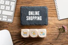"""Plat d'ardoise avec le message """"achats en ligne """"et cubes avec les icônes relatives image libre de droits"""