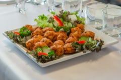 Plat d'assortiment de salade dans une réception Image stock