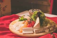 Plat d'ensemble de fromage dans une table en bois images stock