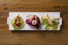 Plat d'entrée avec le jambon de Parme, la figue, la poire, la laitue pourpre et le g frais Photos stock