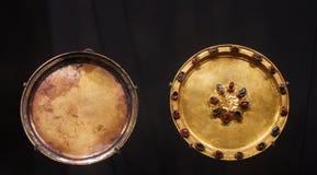 Plat d'or et soucoupe en or incorporée avec les pierres précieuses Photos libres de droits
