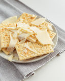 Plat de casse-croûte de fromage et des biscuits Photographie stock