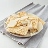 Plat de casse-croûte de fromage et des biscuits Photographie stock libre de droits