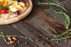 Plat de casse-croûte de vin et cadre d'herbes sur en espace libre en bois Photo libre de droits