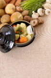 Plat de cocotte en terre avec les légumes et les herbes organiques sur le plan de travail de cuisine, l'espace de copie Photographie stock