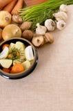 Plat de cocotte en terre ou pot de ragoût avec les légumes et les herbes organiques sur le plan de travail de cuisine, l'espace d Images stock