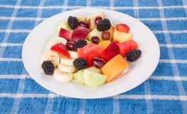 Plat de coupe fraîche et de fruit entier Image stock