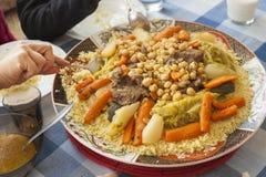 Plat de couscous sur une table de famille image stock