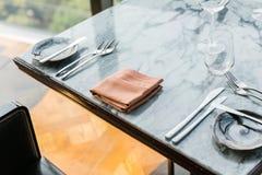 Plat de couverts, fourchettes couteaux et serviette sur le dessus de table de marbre pour dinning fin photographie stock libre de droits
