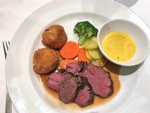 Plat de dîner avec du boeuf, des pommes de terre, et des légumes photo stock