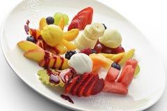 Plat de dessert du fruit coupé mélangé à la crème glacée 1 psd Photo libre de droits