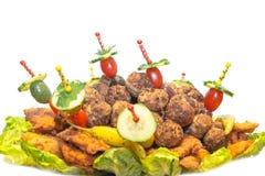 Plat de fête avec les boulettes de viande, l'escalope de veau, les olives et les tomates Photo stock