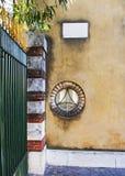 Plat de fenêtre, de pilier et de signe. Photographie stock