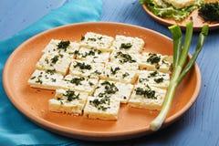 Plat de fromage avec des verts Photos stock