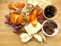 Plat de fromage avec le fruit, casse-croûte photo stock