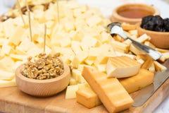 Plat de fromage avec les fruits secs et le miel Image stock