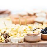 Plat de fromage avec les fruits secs et le miel Photo libre de droits