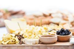 Plat de fromage avec les fruits secs et le miel Photographie stock libre de droits