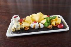 Plat de fromage délicieux sur une table de restaurant Photographie stock
