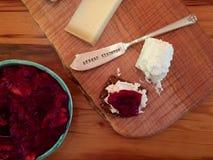 Plat de fromage de thanksgiving avec la compote de canneberge Photographie stock