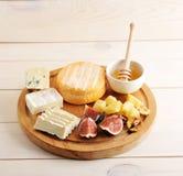 Plat de fromage - divers types de fromage, de miel et de figues Image libre de droits