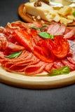 Plat de fromage de viande froide avec la saucisse de chorizo de salami et le divers type de fromage Photographie stock