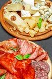 Plat de fromage de viande froide avec la saucisse de chorizo de salami et le divers type de fromage Photo stock