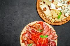 Plat de fromage de viande froide avec la saucisse de chorizo de salami et le divers type de fromage Photos libres de droits