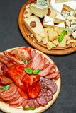 Plat de fromage de viande froide avec la saucisse de chorizo de salami et le divers type de fromage Images libres de droits