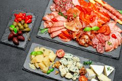 Plat de fromage de viande froide avec la saucisse de chorizo de salami et le divers type de fromage Photos stock