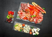 Plat de fromage de viande froide avec la saucisse de chorizo de salami et le divers type de fromage Image libre de droits