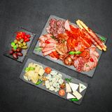 Plat de fromage de viande froide avec la saucisse de chorizo de salami et le divers type de fromage Photo libre de droits