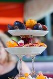 Plat de fruit avec des pommes de figues d'oranges d'ajustements photo libre de droits