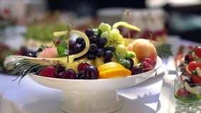 Plat de fruit, restauration Beau et savoureux banque de vidéos