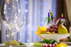 Plat de fruit sur la table de vacances Table de Noël photographie stock