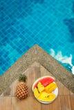 Plat de fruit tropical à côté de poolside Images stock